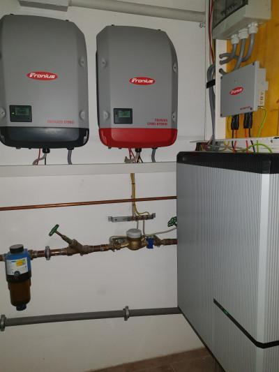Wechselrichter und Stromspeicher im Heizungskeller